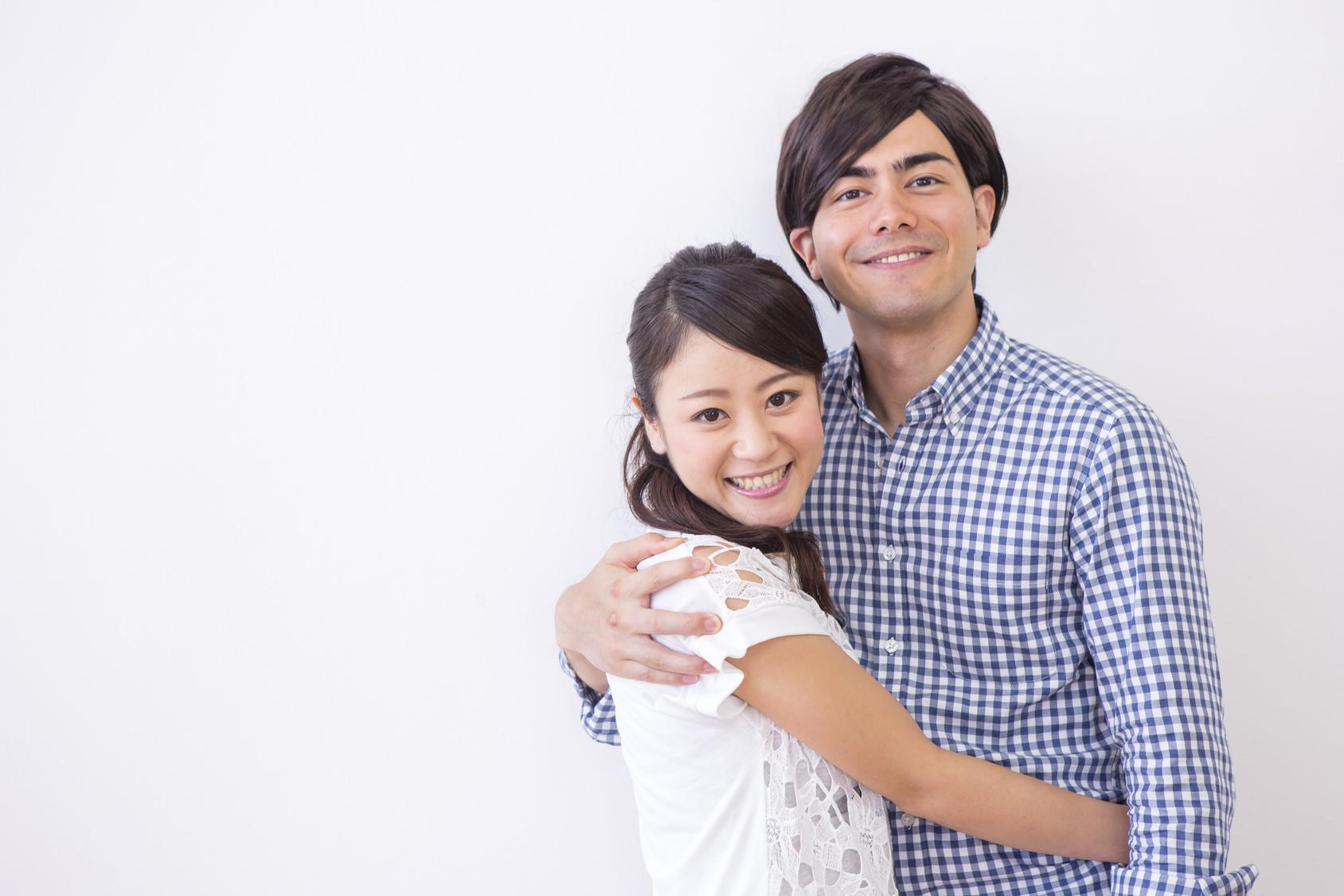 外国人の男性と日本人の女性