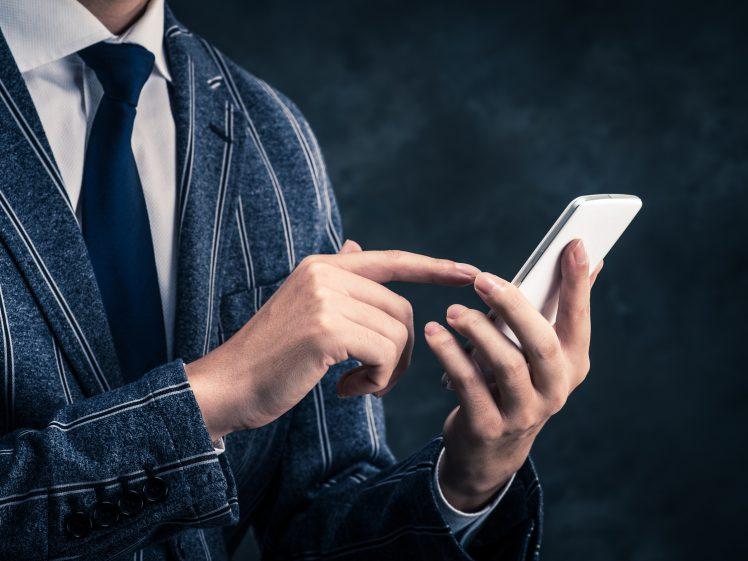 恋人アプリを使う男性