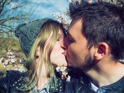 髭のある男性とキスをする女性