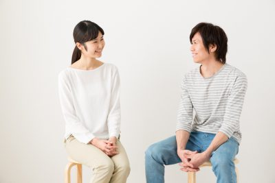 女性の相談を聞く男性