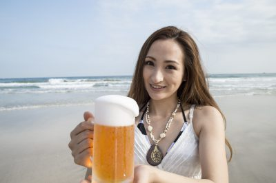 アウトドアでの婚活 ビールと女性