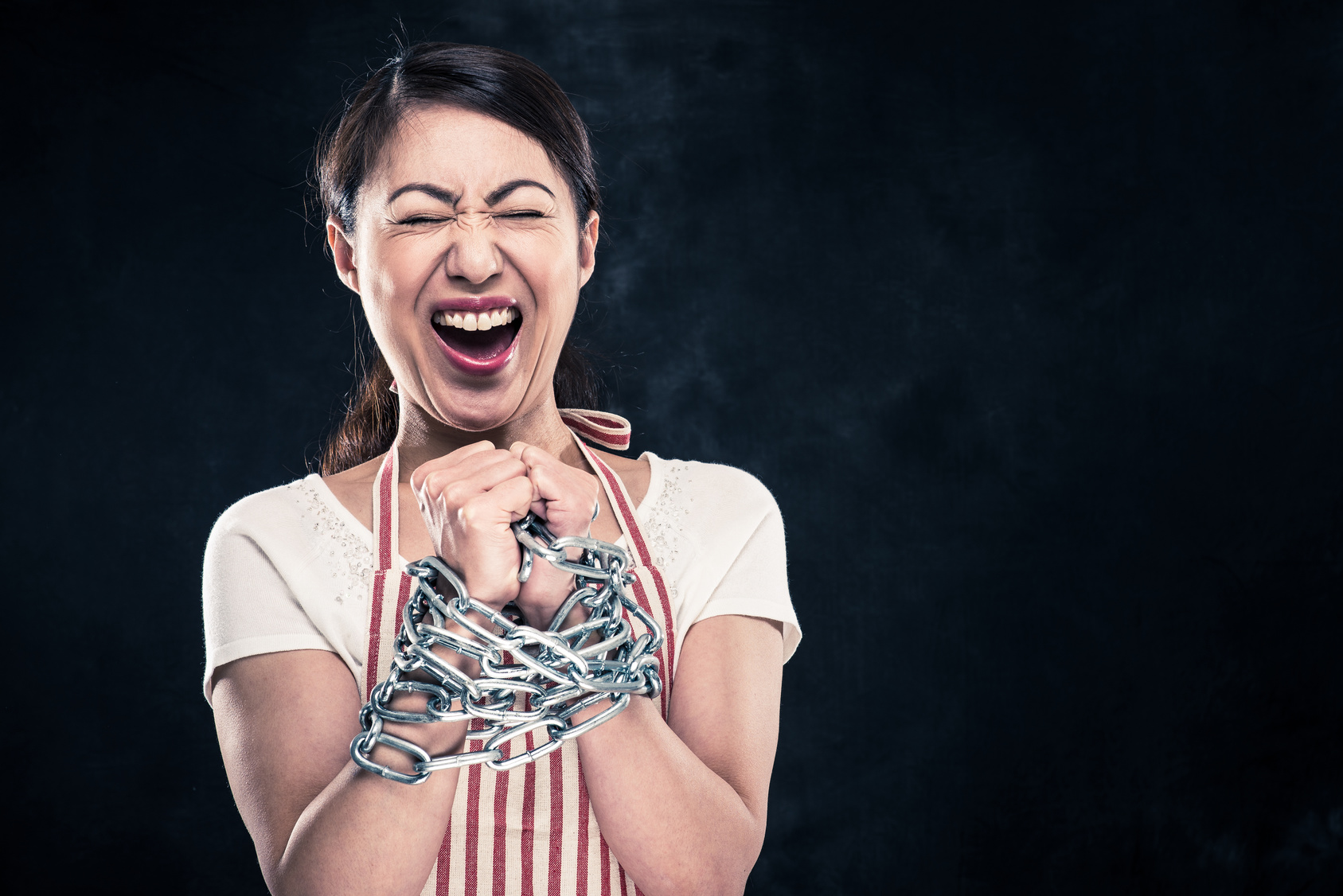 手を鎖で縛られている女性