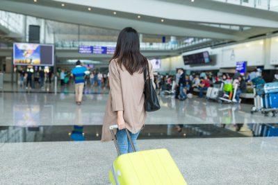 旅行ツアーに参加する女性