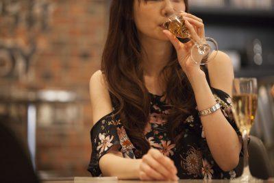 Barでお酒を飲む女性