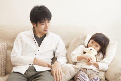 父親と話す女の子