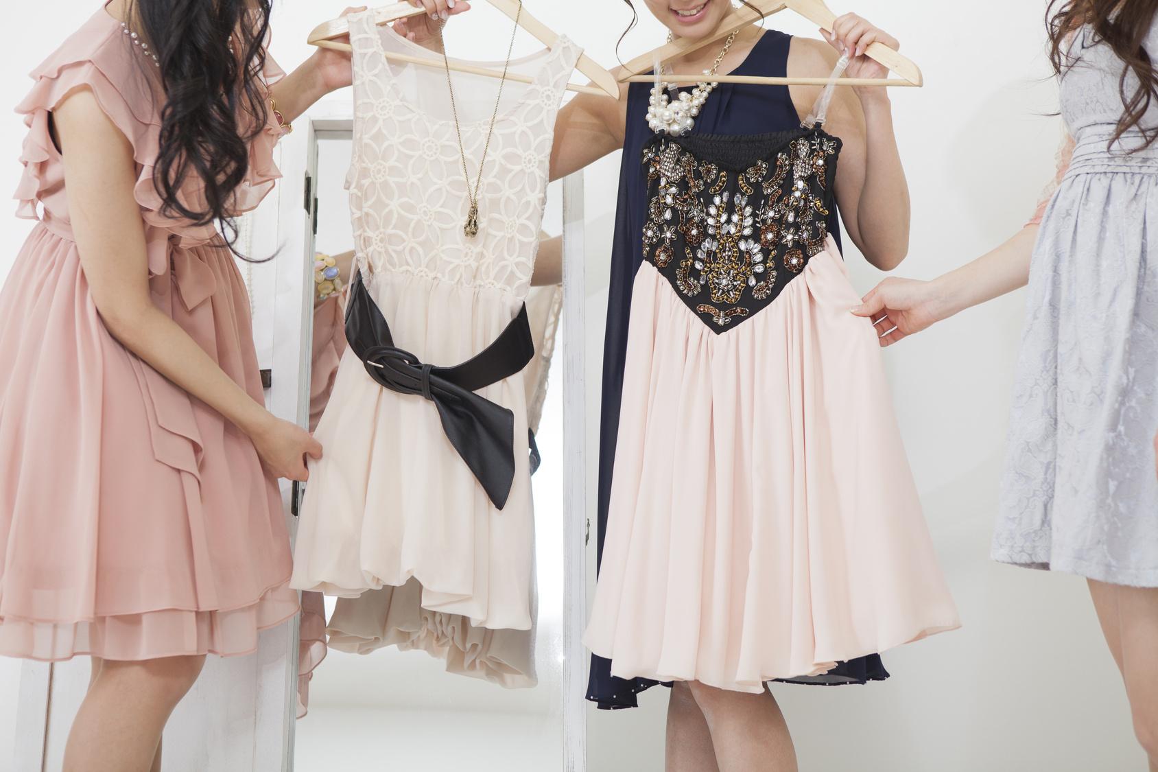 婚活パーティーに着ていく服を選ぶ女子たち