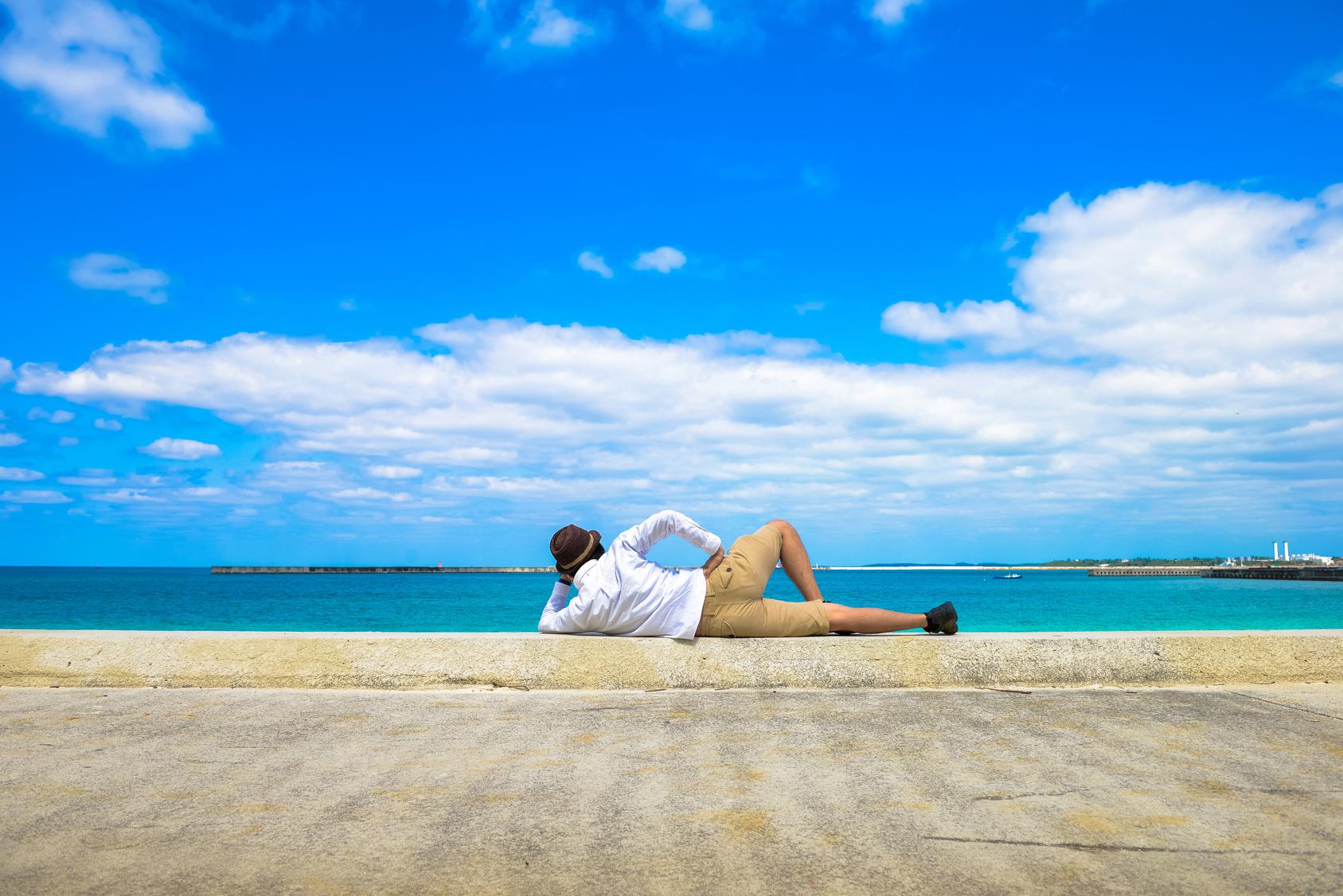 海を見つめる一人旅の男性