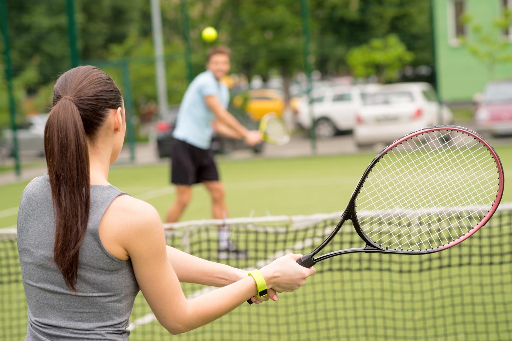 スポーツを楽しむ男女