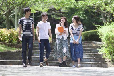 大学生 男女4人