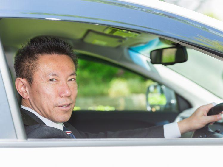 40代男性 車を運転