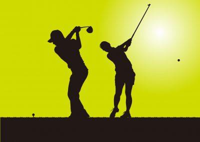 ゴルフをする男女