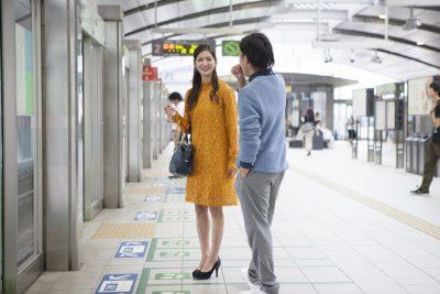 電車に乗る直前のカップル