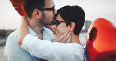 彼女のおでこにキスする男性