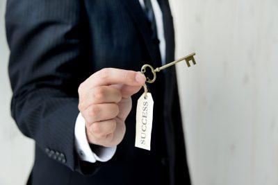 ビジネスイメージ―成功の鍵を持つビジネスマン