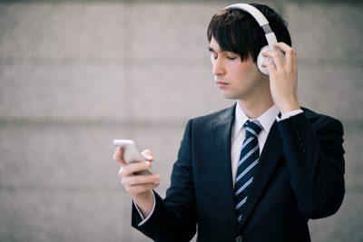 音楽を聴く男