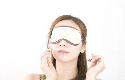 目隠しをされる女性