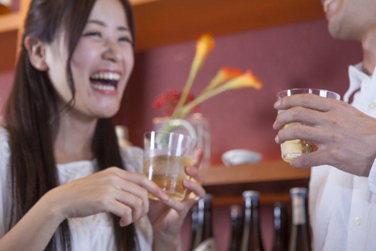 飲み屋で談笑する男女