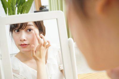 お化粧をする若い女性
