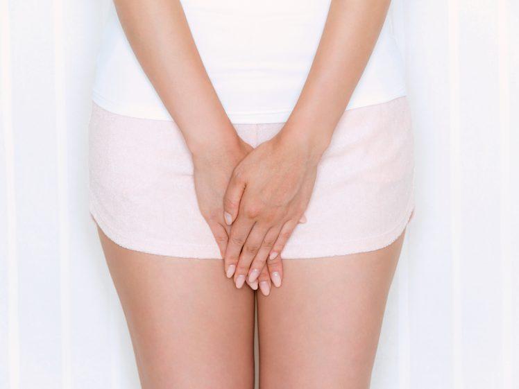 股をおさえる女性 処女のイメージ