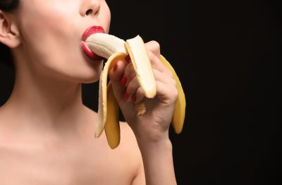 バナナでフェラチオの練習をする女性