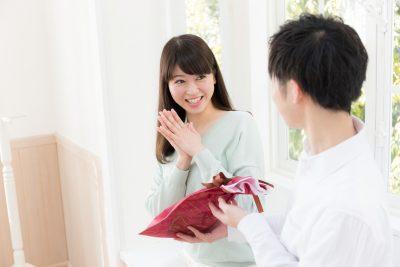本命彼女にプレゼントを渡す男性