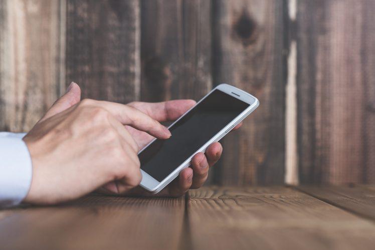 出会い系アプリTinderを使う男性 イメージ