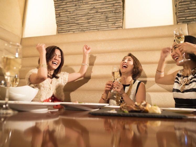 女子会で盛り上がる女子たち