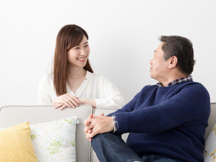パパ活イメージ おじさんと若い女性