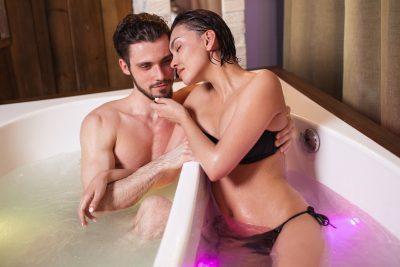 お風呂で楽しみながらエッチをする男女