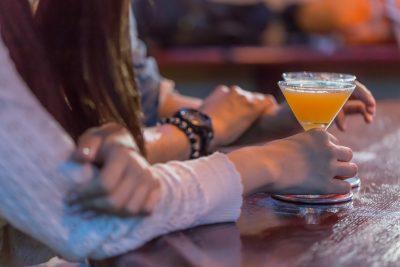 バーカウンターでお酒を飲む男女