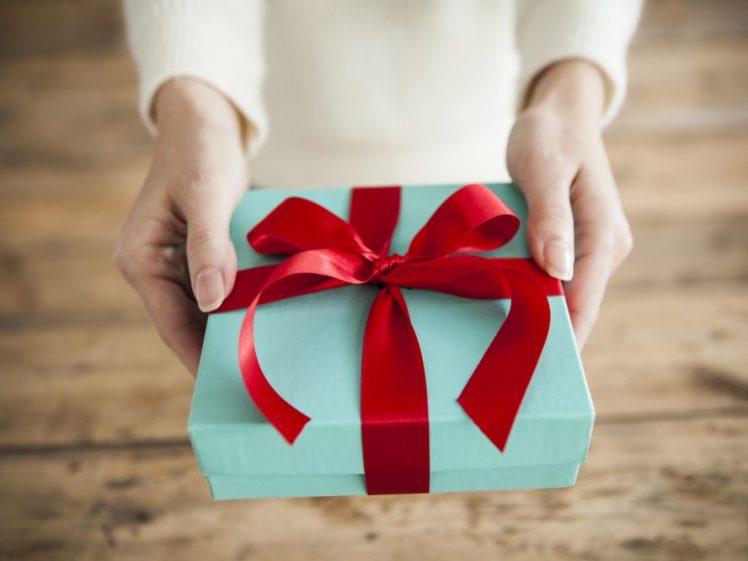 プレゼントを彼氏に渡す彼女