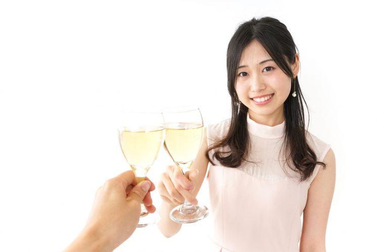 婚活パーティーでシャンパンを片手に持つ女性