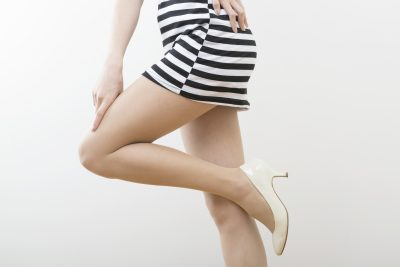 体のラインが出るブランド服を着る女性