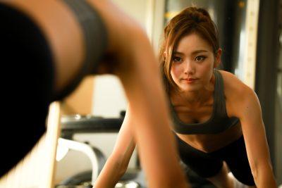 トレーニングする美しい女性