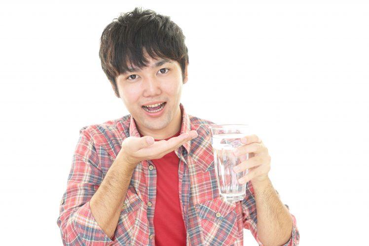 ペニス増大サプリメントを飲む男性