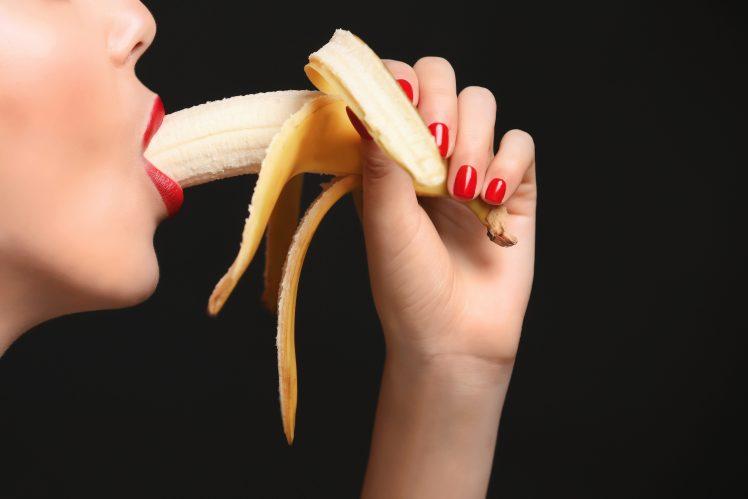 フェラチオを連想させるバナナを食べる女性