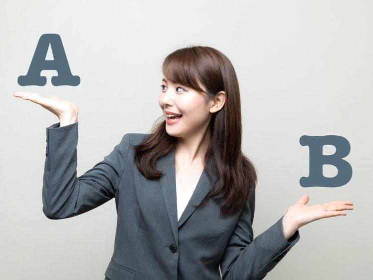 AとBの違いを比較する女性