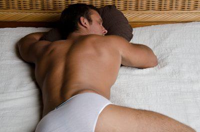 アナニ―に満足して寝る男