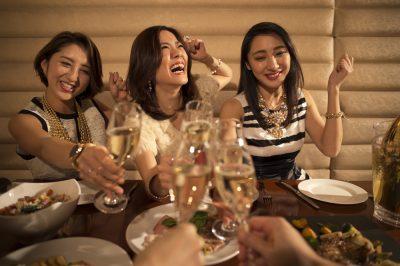 飲みすぎて上機嫌の女性たち