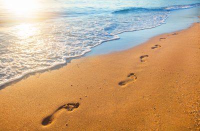 砂浜に出来た足あと