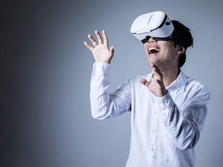 VRでAV鑑賞をする男性