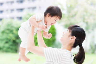 子どもを抱くお母さん