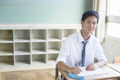 専門性の高い勉強をする男子高校生