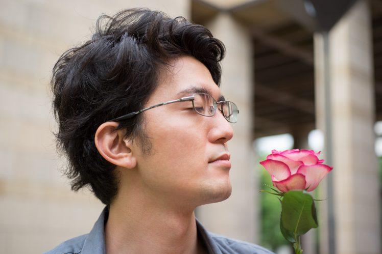 薔薇の花の匂いを香るナルシスト男