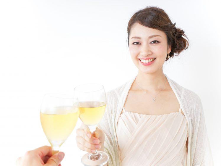 プレミアムステイタス立食パーティーに潜入した女性イメージ