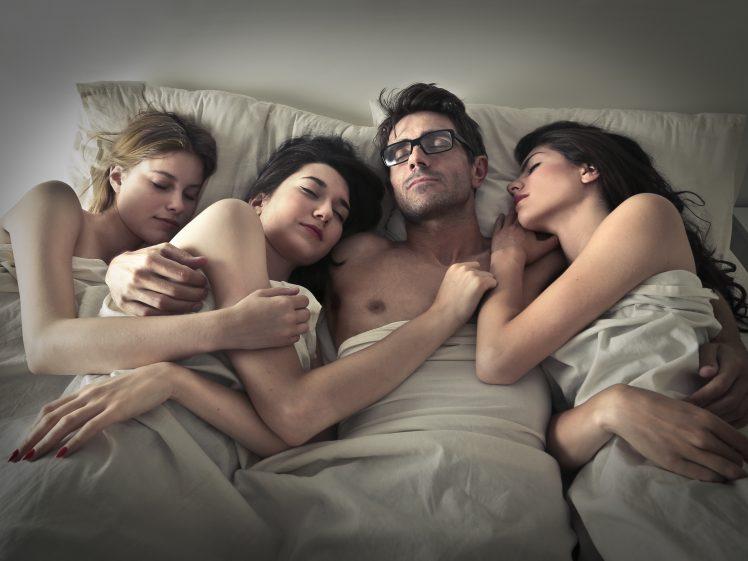 3人のセフレに囲まれ眠る男