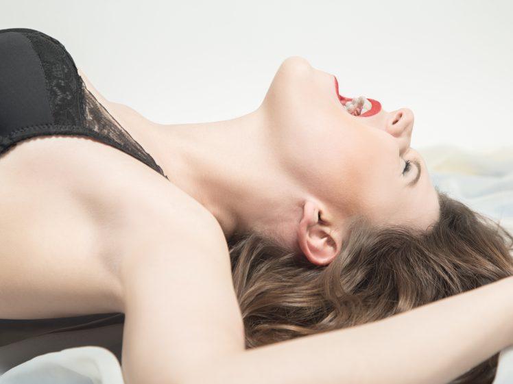 セックスで絶叫する女性
