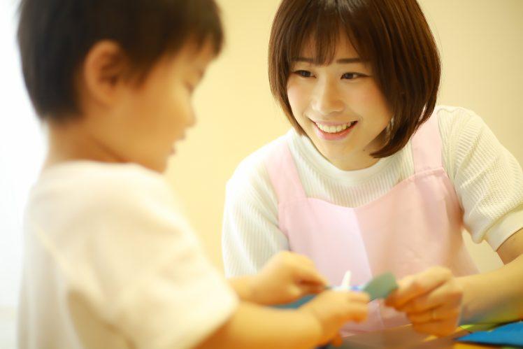 工作する子どもと保育士イメージ
