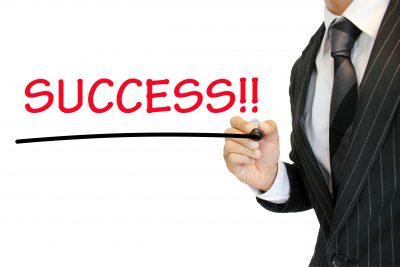 成功を強調するビジネスマン