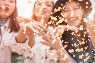 祝福する女の子たち